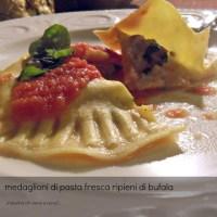 """Medaglioni di pasta fresca ripieni di """"bufale"""" in crema di pomodoro"""