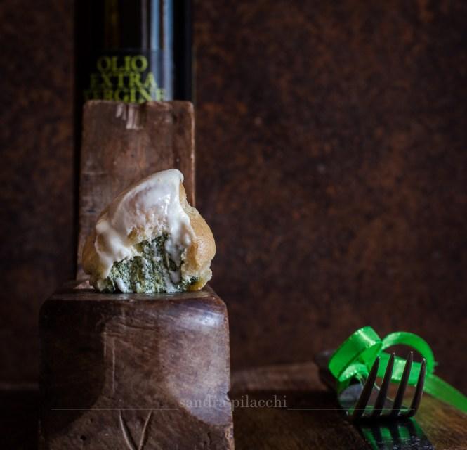 Mini Bignè all'olio extra vergine IGP Toscano con ricotta e strigoli glassati al taleggio