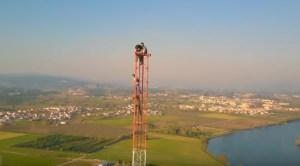 Jovens escalaram torre de 150 metros de altura para filmarem a paisagem!