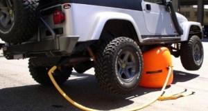 Mudar o pneus vai tornar-se mais rápido e fácil com este macaco insuflável