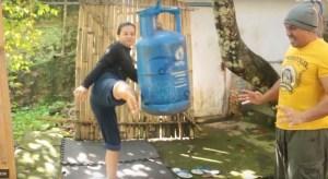 Jovem indonésia dá pontapés em botijas de gás como se fosse um saco de boxe