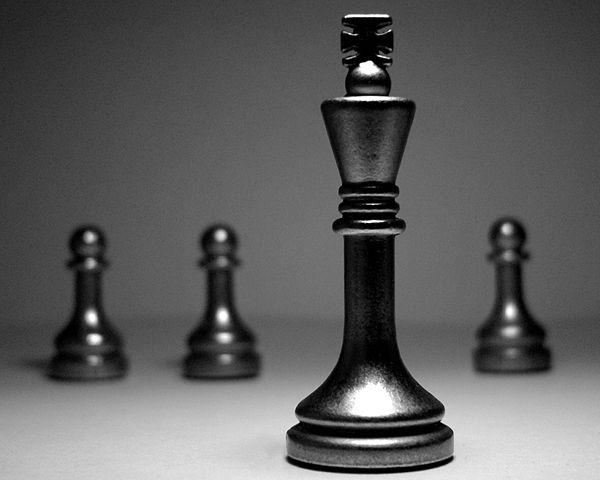 Ποιοί είμαστε - Chess King and pawns