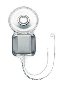 C'est une partie ronde équipée d'un aimant sur lequel est greffé un porte-électrodes. De ce dernier sort 2 câbles, un avec les électrodes qui va dans la cochlée, et l'autre qui sert de fil conducteur.