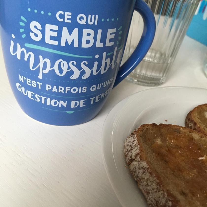 Une tasse qui a l'inscription suivante : ce qui semble impossible, n'est parfois qu'une question de temps