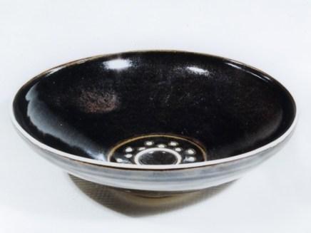Plat porcelaine, émail 'tenmoku' , et pois blancs émail titane, 28 cm x 8 cm.