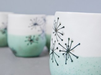 Gobelets porcelaine, émail celadon et blanc, dessin ombellifères.