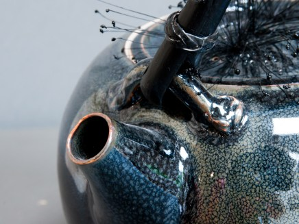Détails, théière noire en porcelaine, émail 'gouttes d'huile'.