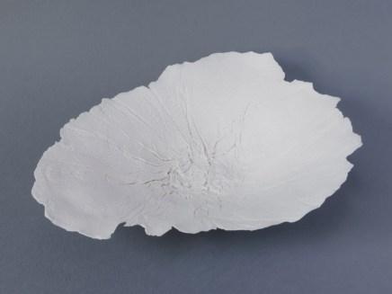 """Coupe """"la Corse"""", porcelaine, 31 cm x 27 cm."""