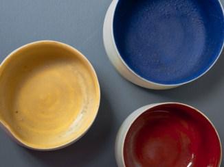 Tasses de différentes couleurs, différentes tailles.