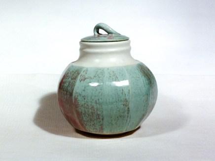 Vase boîte, émail strates rose et bleu vert, porcelaine, 25 cm x 20 cm.