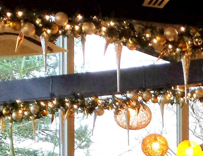 christmas-decorations-roof