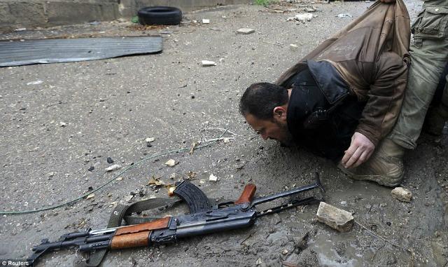 Un AK47 rebelde es abandonado mientras su dueño es arrastrado fuera del peligro.