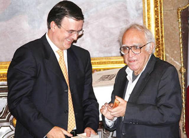 El escritor, acompañado por el jefe de Gobierno capitalino, Marcelo Ebrard, recibió la medalla 1808, instituida en memoria del movimiento que encabezó  Francisco Primo de Verdad para instalar aquí un gobierno provisional, tras la abdicación de los re