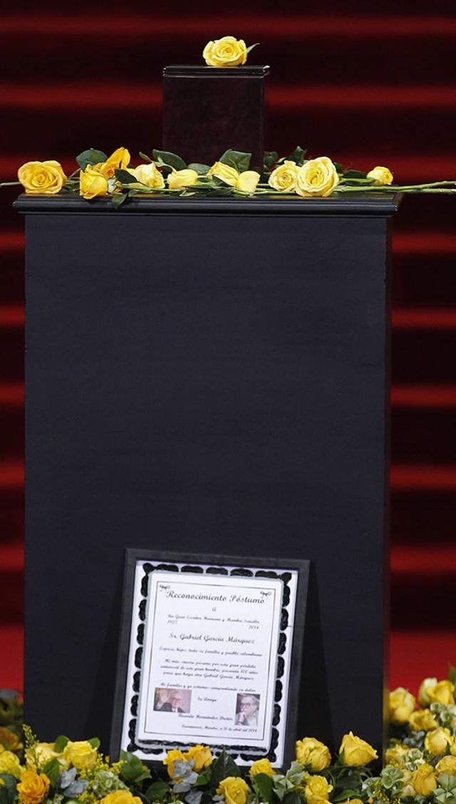 la-urna-que-contiene-las-cenizas-del-premio-nobel-de-literatura-adornada-con-unas-flores-amarillas
