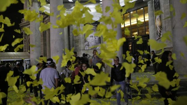 las-miles-de-personas-que-acudieron-a-darle-el-adis-a-gabo-disfrutan-de-las-mariposas-amarillas-de-papel