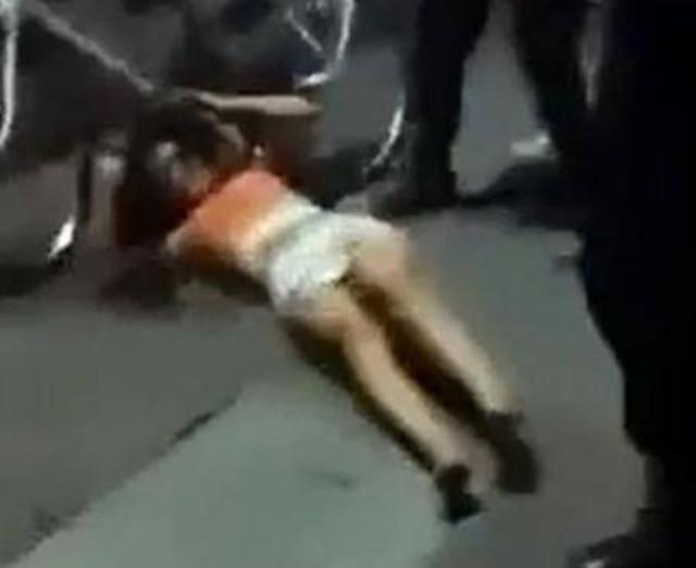 Investigan a los policías grabados en video golpeando a una mujer - Sopitas.com
