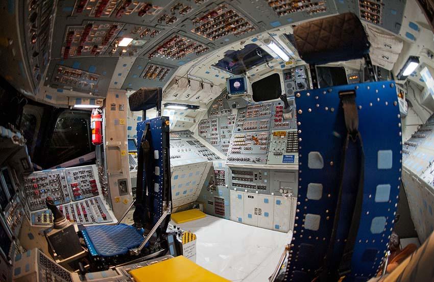 As es la cabina de pilotos de un transbordador espacial for Puerta nave espacial