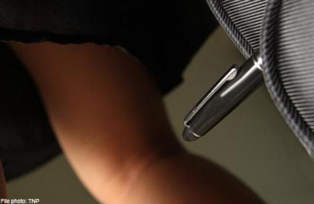 Upskirts bajo la falda chica de prepa con mallones blancos - 2 part 10