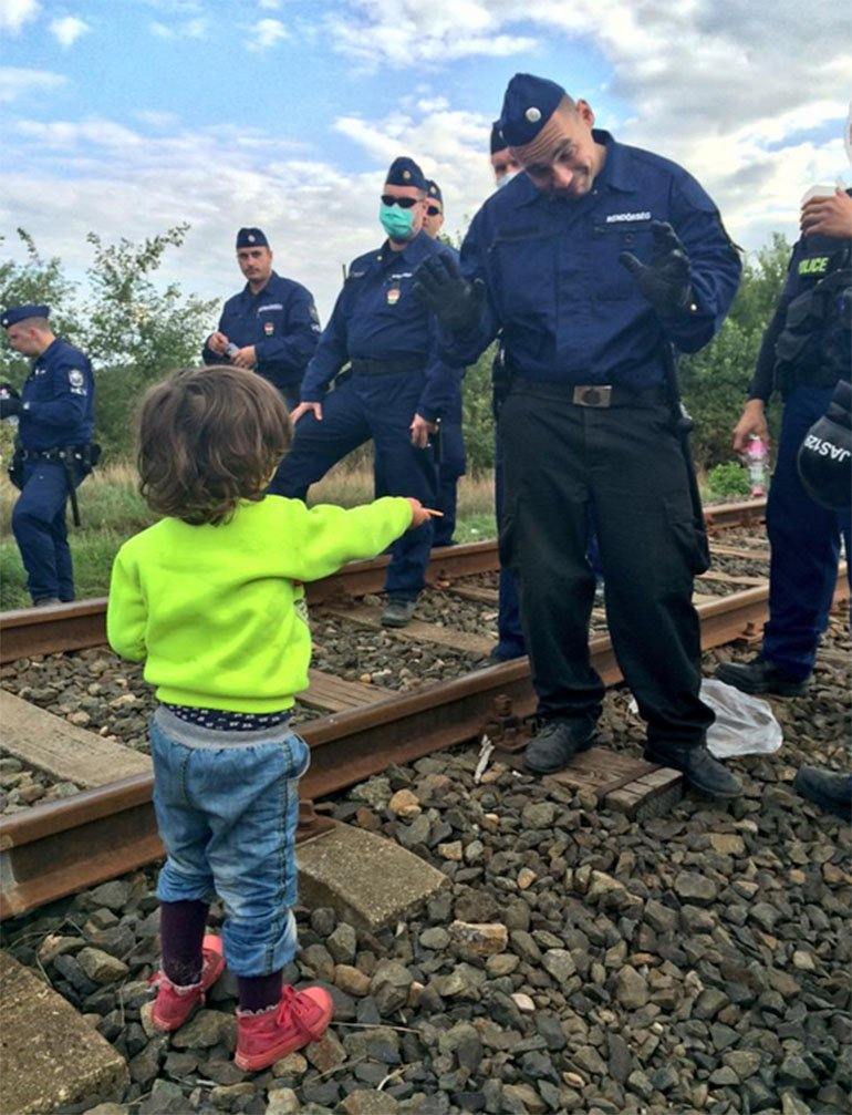 policía húngro/niño