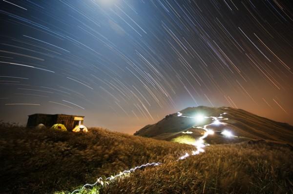 Sunset Peak Star Trail, de Chap Him Wong. Categoría: gente y espacio.