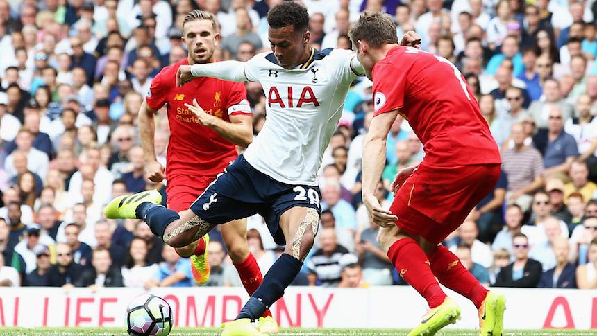 balón en disputa entre el tottenham y el Liverpool