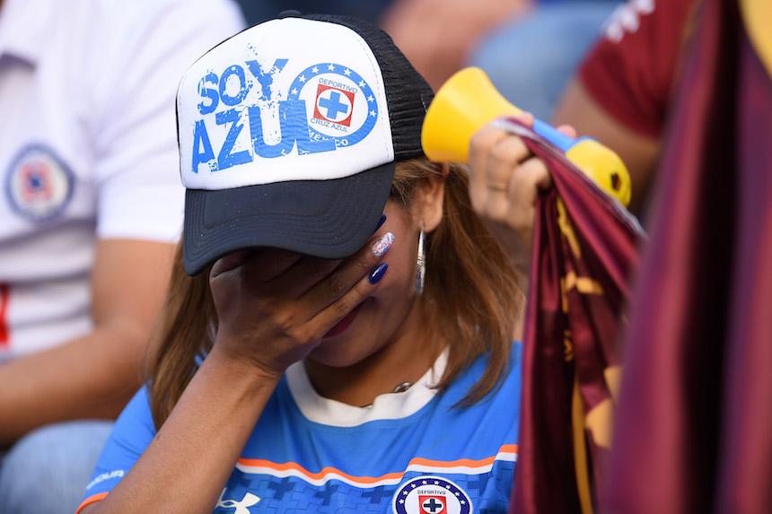 Aficionada de Cruz Azul llorando
