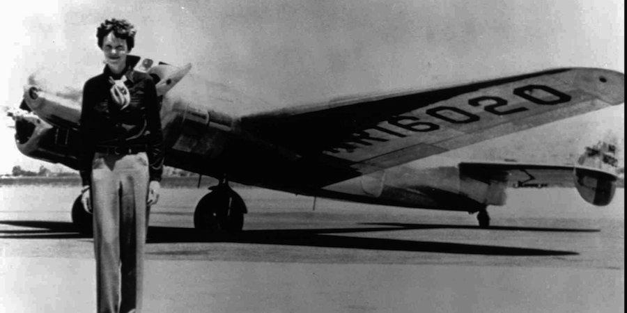 Amelia Earhart junto al avión Lockheed Electra