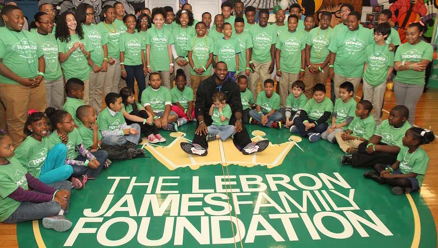 LeBron James tiene una fundaicón y espera contar con el apoyo de Clinton