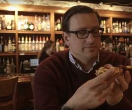Dan comiendo pizza