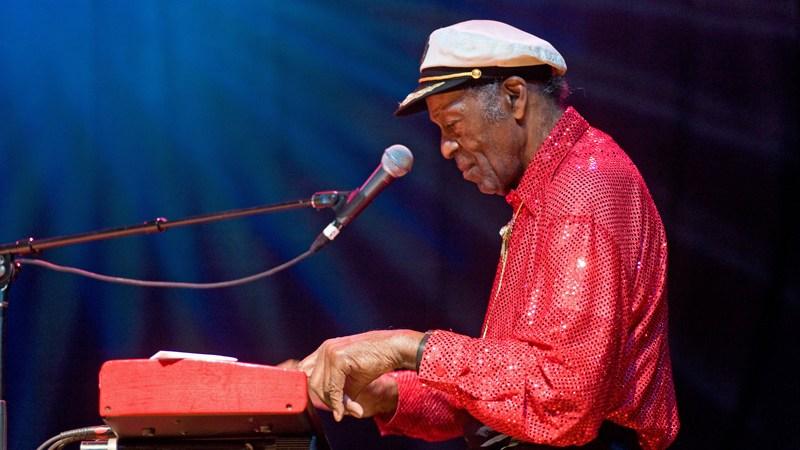 Chuck Berry tocando el piano durante una presentación en vivo