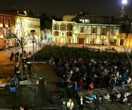 Proyección de película mexicana en la Plaza Garibaldi