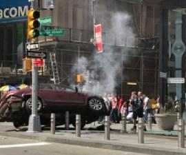 Auto en Times Square arrolla a peatones