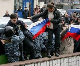 Policias controlan una marcha contra Vladimir Putin en Rusia