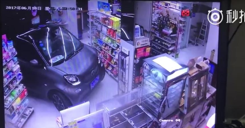 Video - El sujeto chino que metió su coche a una tienda