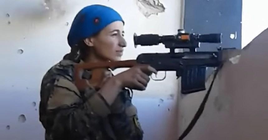 Francotiradora kurda casi recibe un tiro en la cabeza