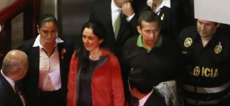 El expresidente de Perú, Ollanta Humala y su esposa, entregándose