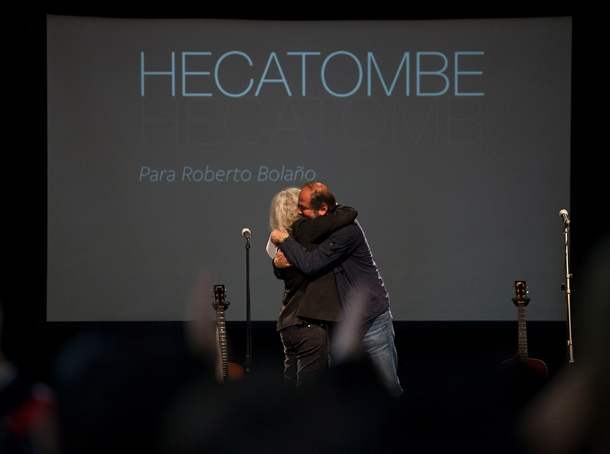 Patti Smith y Juan Villoro se abrazan