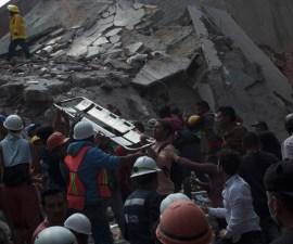 Un grupo de personas canta cielito lindo mientras recoge escombros tras el temblor de la CDMX