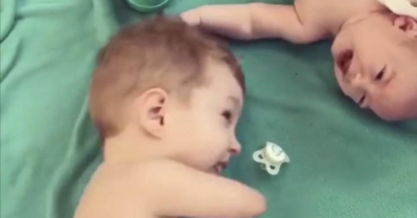 Internet - El niño sin manos que le pasa el chupón a su hermano bebé