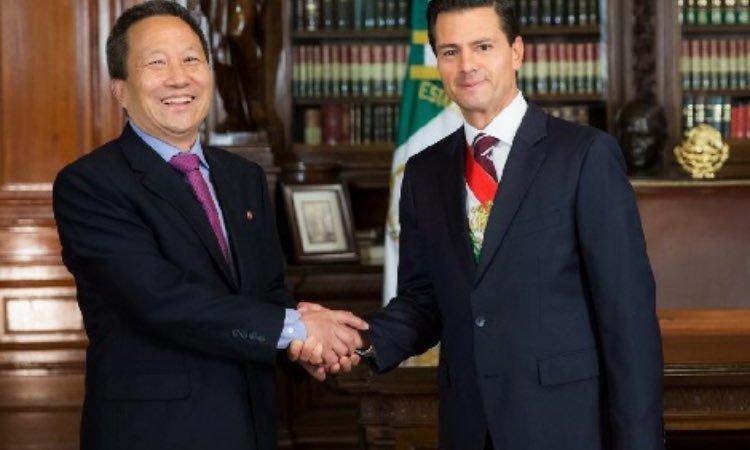 Kim Hyong Gil, embajador de Corea del Norte con Peña Nieto