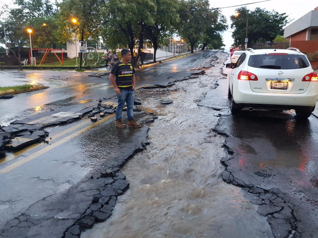 Vialidad destruida por la lluvia en Colima