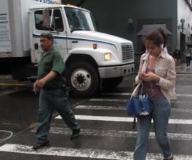 Mujer texteando en la calle
