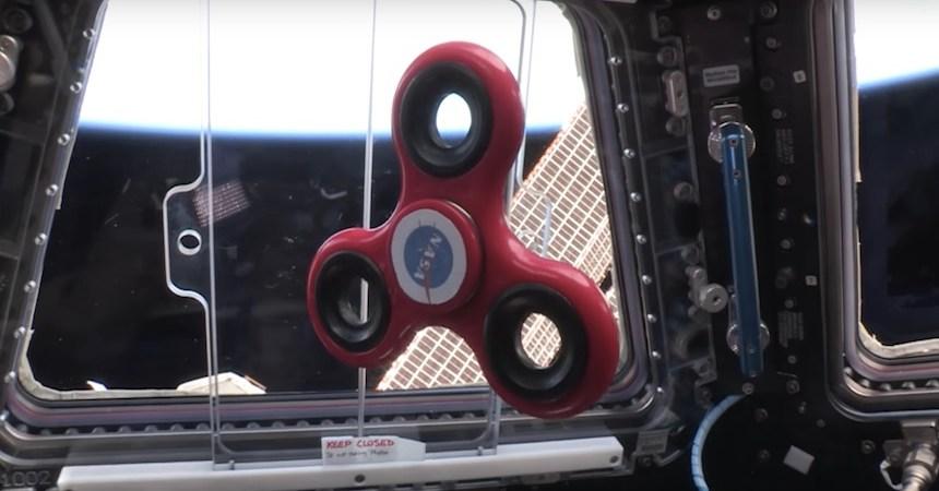 NASA - Girando un fidget spinner en el espacio