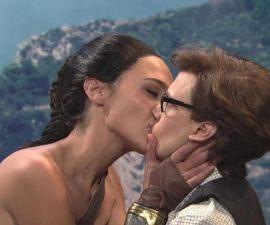 El apasionado beso de Wonder Woman a otra mujer en SNL que se hizo viral