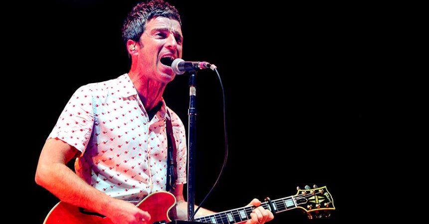"""Después de anunciar la fecha del lanzamiento de su nuevo disco, Noel Gallagher ha estrenado """"Holy Mountain"""", el primer sencillo de Who Built The Moon?, su tercer material de estudio junto con su banda, High Flying Birds. Esta rola cuenta con la participación de Paul Weller en el órgano. De acuerdo a un comunicado de prensa compartido por el mismo Noel, él asegura: """"Sabía instantáneamente que este iba a ser el primer sencillo. Hasta el día en que me muera, será una de mis piezas musicales favoritas que he escrito. Mis hijos la aman, los hijos de mis amigos la aman y yo estoy seguro que 'los niños' la amarán"""". Una pieza bastante divertida de principio a fin, que suena un tanto a blues mezclado con un rock pero además, le da un toque sesentero en la parte del coro y las vocales:""""woo-oo-oo"""". Cabe destacar, que Noel es un gran seguidor de las películas psicodélicas. Es por ello que este tema lleva el nombre de una de las cintas más surrealistas de todo los tiempos. Hablamos de The Holy Mountain (1973), de Alejandro Jodorowsky. No obstante, en ninguna parte del single hace una referencia a este filme pero, después de leer el comunicado de prensa y que esta sea uno de sus temas favoritos, tiene mucho sentido.  Who Built The Moon? saldrá el próximo 24 de noviembre."""