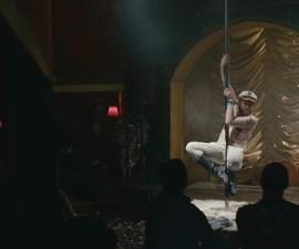 Un gordito que hace strip-tease y mucha champagne en el nuevo video de The National