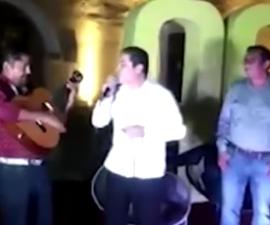 """Alcalde de Acapulco canta la canción """"Mátalas"""""""