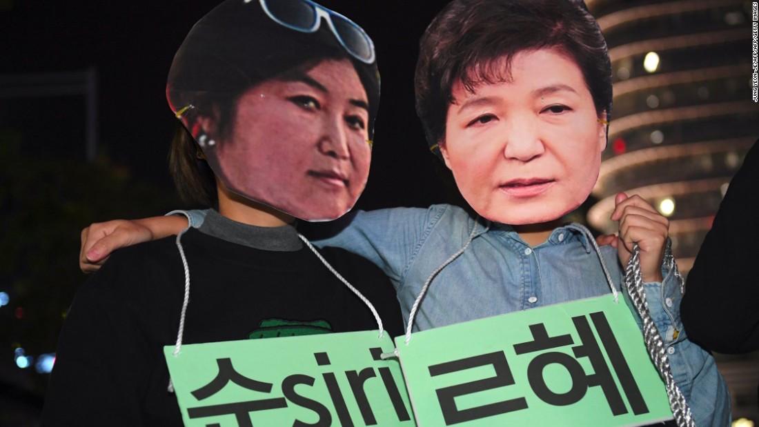 manifestantes protestan en contra de Choi Soon Sil y Park Geun Hye