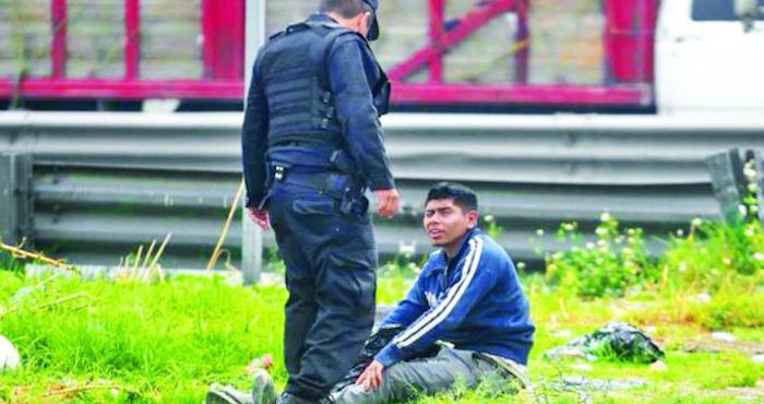 Típico: te echas una pestañita con una bolsa de basura en la cabeza y movilizas a la policía