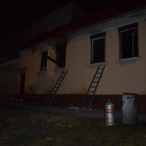 Lángolt a családi ház Sopronban! Egy idős asszonyt nem sikerült megmenteni.
